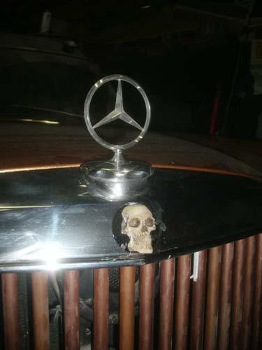 Mercedes Kühlergrill mit Totenschädel