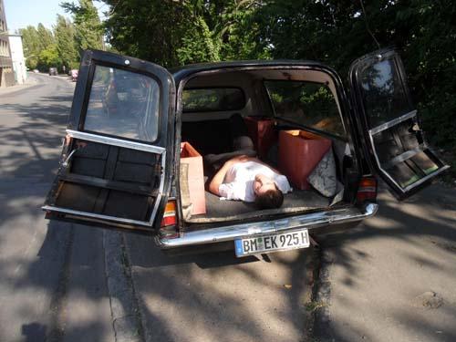 Probeliegen im Leichenwagen