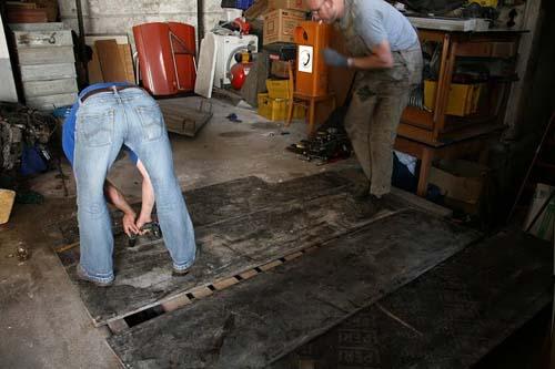 Verschrauben der Bodenplatten