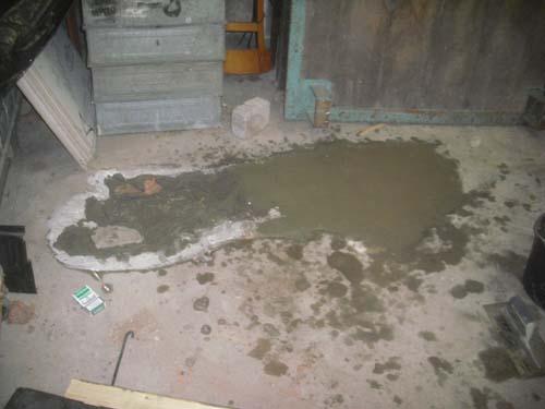 Mit Zementmörtel gefülltes Loch im Betonboden