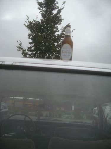 Bierflasche auf Autodach