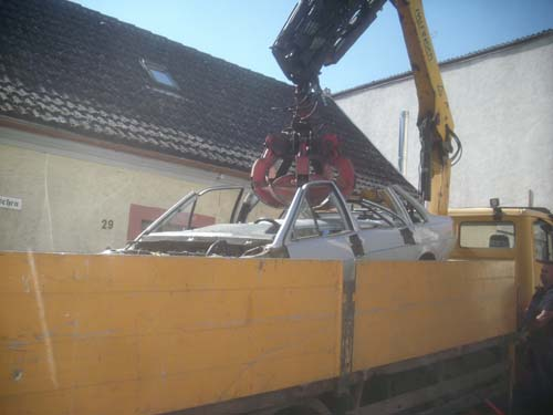 Schrottwagen auf Schrottlaster